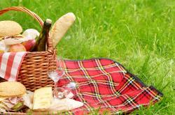Piknik s přáteli. Co vám nesmí chybět v košíku?